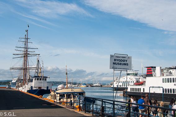 Ferry a peninsula de Bygdoy en Oslo. Noruega