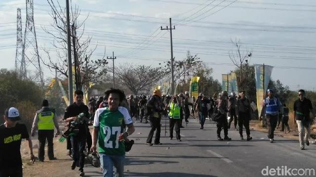 Laga Persebaya vs Persija, Polisi Pukul Mundur Suporter Tak Bertiket