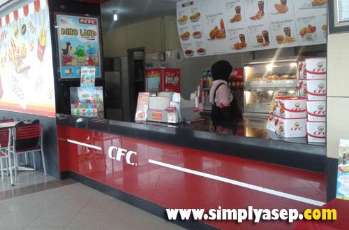 COUNTER : Paket Dino Land bisa langsung di pesan meja counter CFC bagian depan. Mereka pun akan segera menawarkan kepada anda.  Photo Asep Haryono