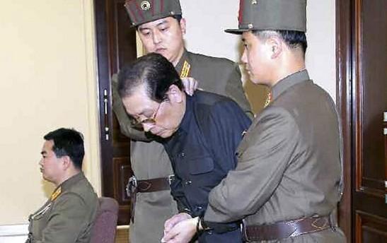 Hombre llegando a la corte en Corea del Norte