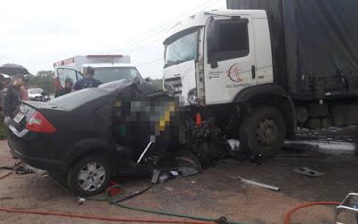 Carro e caminhão-baú batem de frente e motorista morre na BA-093