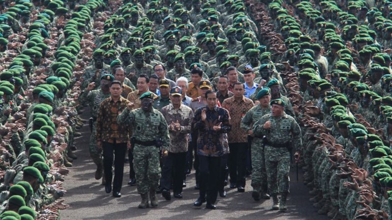 Jokowi meninjau pasukan baret hijau Kostrad