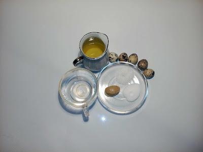 Перепелиные яйца, масло, уксус, горчица, соль и сахар