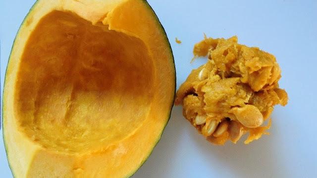 かぼちゃのワタと種を取り除いてそれらは処分します。
