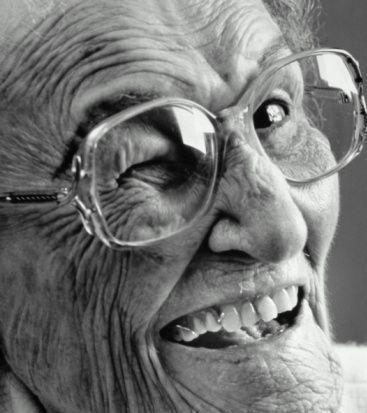 Resultado de imagen para abuela guiña ojo
