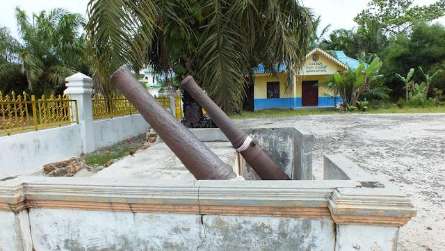 meriam di depan istana lima laras