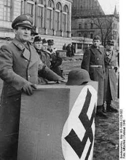 O gauleiter de Breslau, Karl Hanke, dirigindo-se aos defensores em Fevereiro de 1945. Exigiu o combate até à morte, mas fugiu de avião no dia anterior à rendição da cidade.