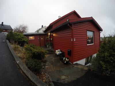 Czerwone domy w Norwegii bez firanek