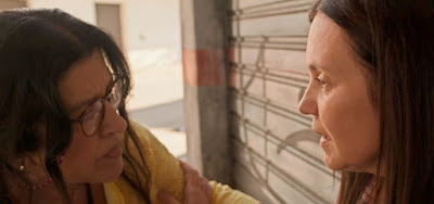 Lurdes (Regina Casé) e Thelma (Adriana Esteves) em cena de Amor de Mãe que foi exibida no primeiro capítulo