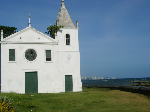 Antiga igreja na Penha com Salvador ao fundo - Bahia - Baía de Todos os Santos - Brasil