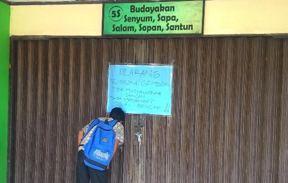 Parah!! Hanya Karena Gagal Ikuti Tes, Warga Menggembok Pintu Gerbang Sekolah