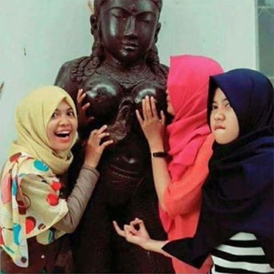 Gadis Melayu Persenda Patung Berhala