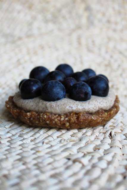 Tartelettes sésame tahin mirabelles raisin courgette crue