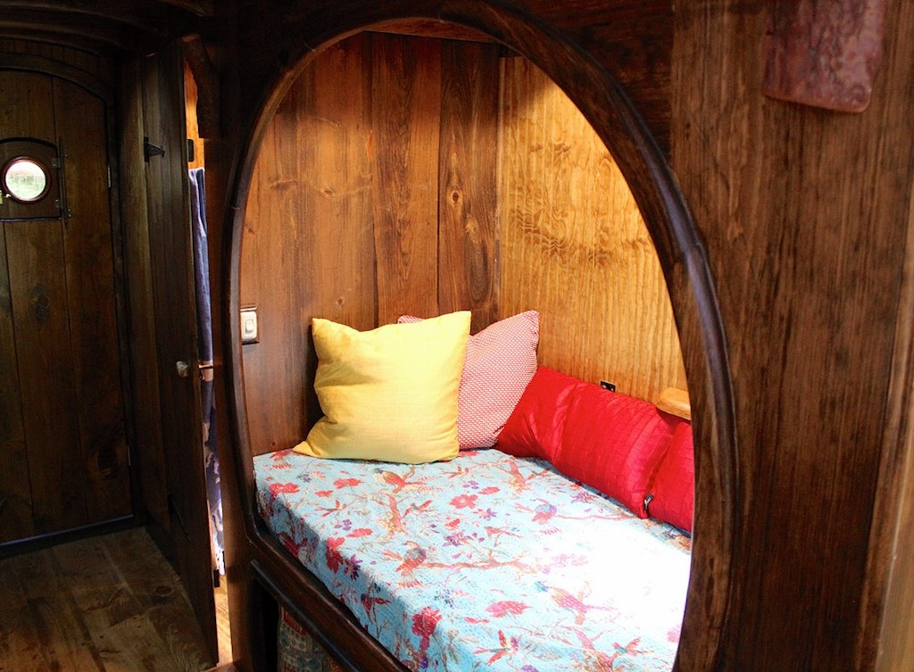 09-The-Unknown-Craftsmen-Architecture-with-the-Vintage-looking-Tiny-House-on-Wheels-www-designstack-co