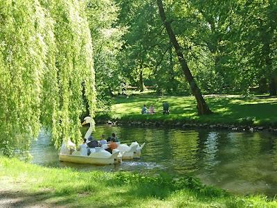 Ein sonniger Frühlingstag. Auf der Oker in der Braunschweiger Innenstadt fährt ein Tretbootschwan.