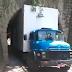 Caminhão fica preso em saída de túnel em Blumenau