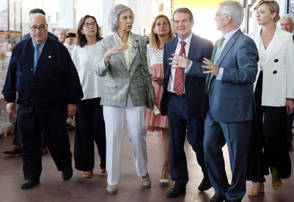 Queen Sofia visited Food Bank of Vigo to get informaton about its humanitarian work