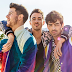 Jonas Brothers lança o trailer do documentário 'Chasing Happiness'