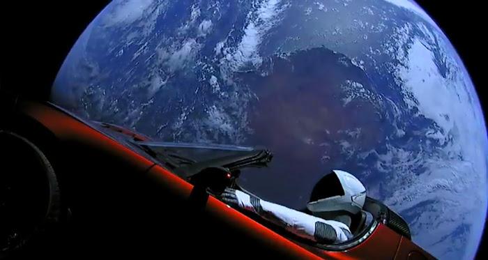Chiếc xe mui trần của hãng Tesla, mang theo hình nộm người mặc đồ bảo hộ không gian đang ở trên quỹ đạo Trái Đất sau khi được đưa lên thành công bởi tên lửa Falcon Heavy. Hình ảnh: SpaceX.