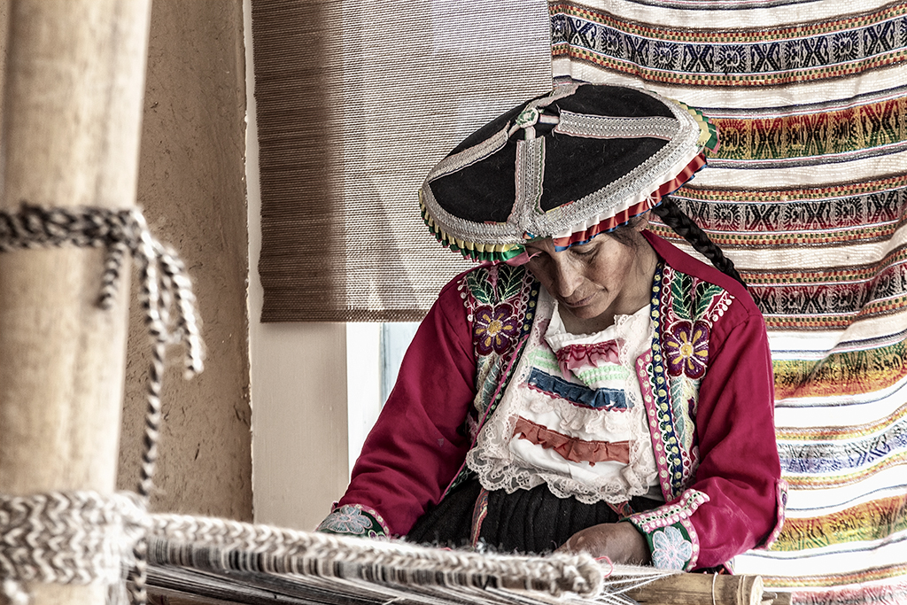 Indígena artesana peruana trabajando