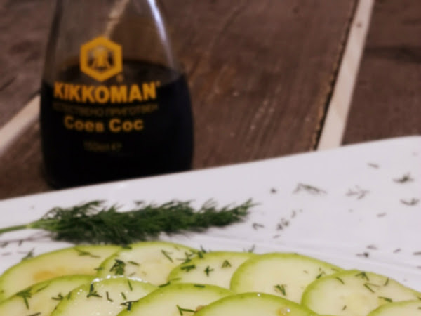 Бърза салата с мариновани тиквички и соев сос