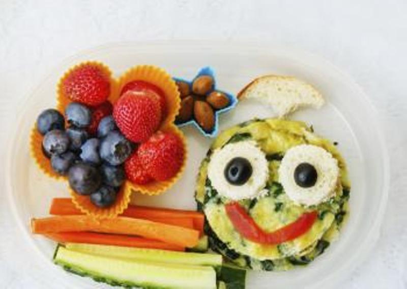 Atur makanan semenarik mungkin - Cara Ini Bisa Mengatasi Anak Susah Makan Buah dan Sayur!