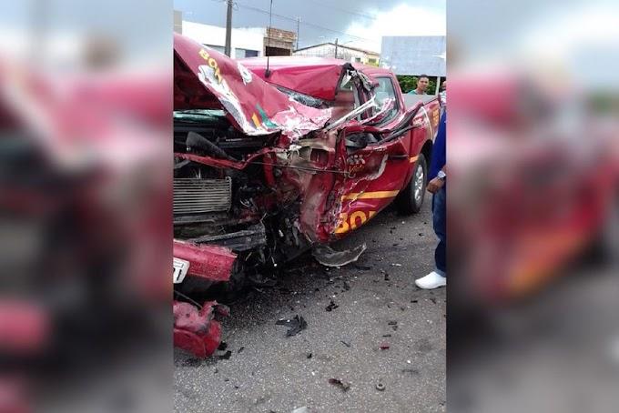 ACIDENTE: Viatura do Corpo de Bombeiros colide com carreta na divisa entre Paraíba e Pernambuco.
