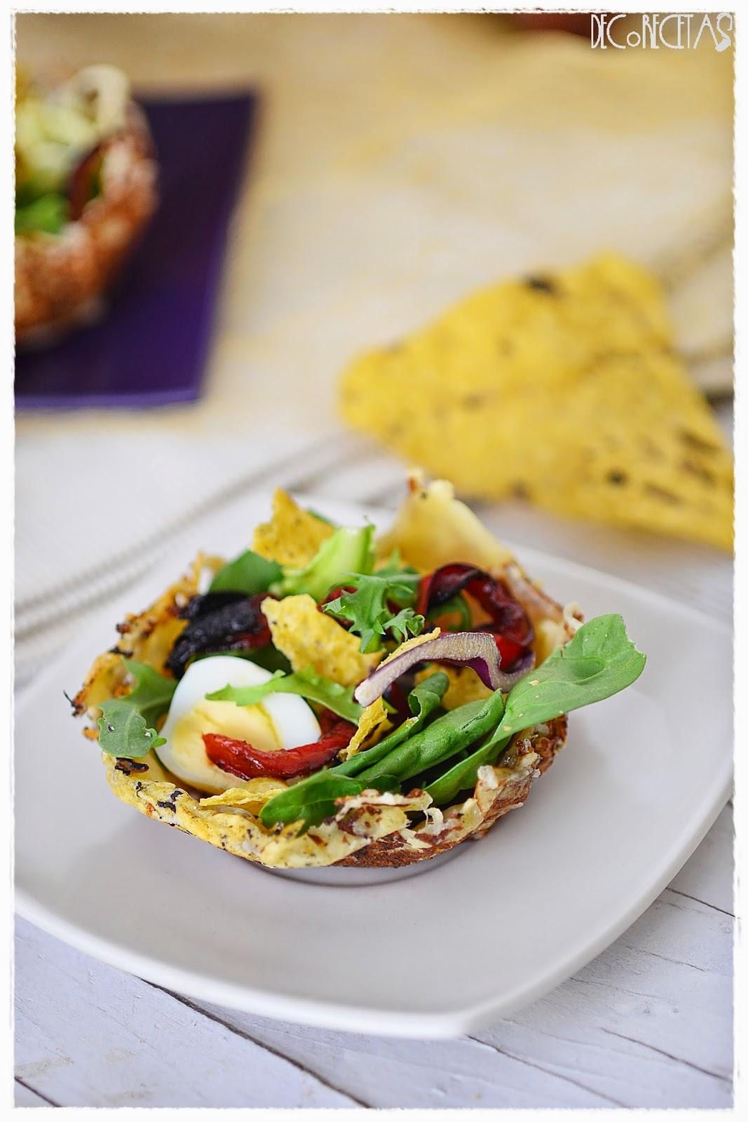 Ensalada con toque crujiente en cesta de queso