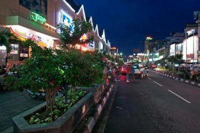 Salah satu hal yang ditawarkan saat berwisata ke Jalan Malioboro adalah menikmati suasana malam disana