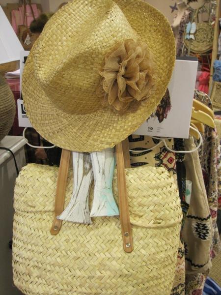 Sombrero con flor y bolso fibra vegetal