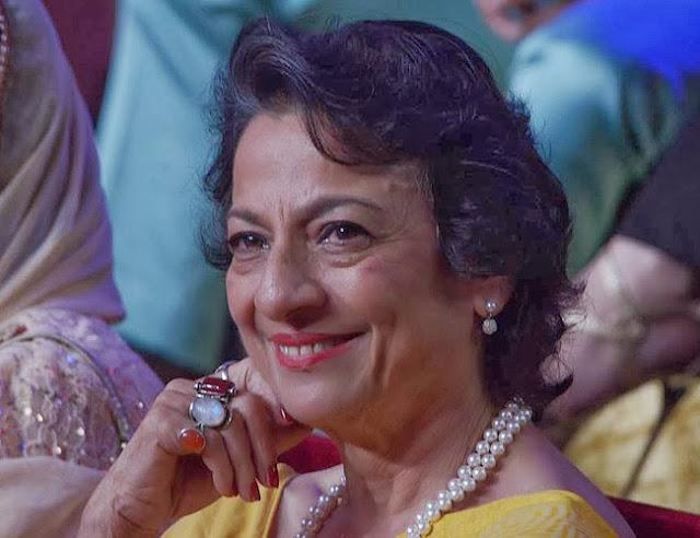 Mother of Kajol and Tanisha, Tanuja Mukherjee smiling in the finale of Bigg Boss 7