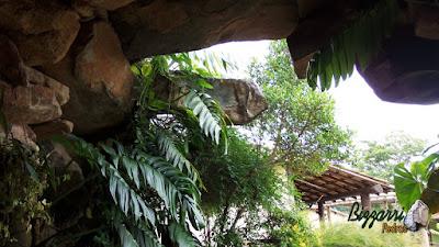 Detalhe da entrada da gruta de pedra, com pedra moledo, de dentro para fora, com esse tipo de pedra comprida, para fazer o fechamento da gruta de pedra com execução do paisagismo.
