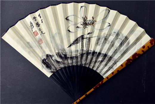 扇畫:歷代書畫家喜歡在扇面上繪畫或書題字抒情達意,或贈友人以詩留念或收藏。存字和畫的扇子,保持原樣的叫成扇,為便於收藏而裝裱成冊頁的習稱扇面。從形制上分,又有圓形叫團扇(紈扇)和折疊式的叫折扇。 扇面畫是中國歷史悠久的傳統藝術品。在宋、元時代,團扇畫廣為流行。明代以後,折扇畫漸執牛耳。扇面畫中不乏超絕脫俗的傳世佳作。折扇的扇面上寬下窄,呈扇形。畫家在命筆之時須考慮在特定空間範圍中安排畫面,精思巧構,展示技法。匠心獨具,筆隨意轉,化有限為無限,創造出富有魅力的形象和意境。
