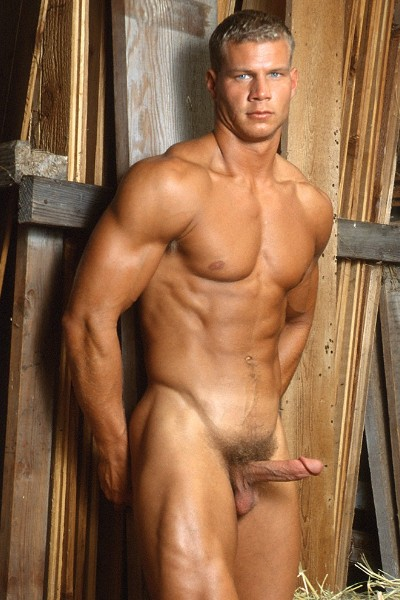 голый мускулистый парень стоял