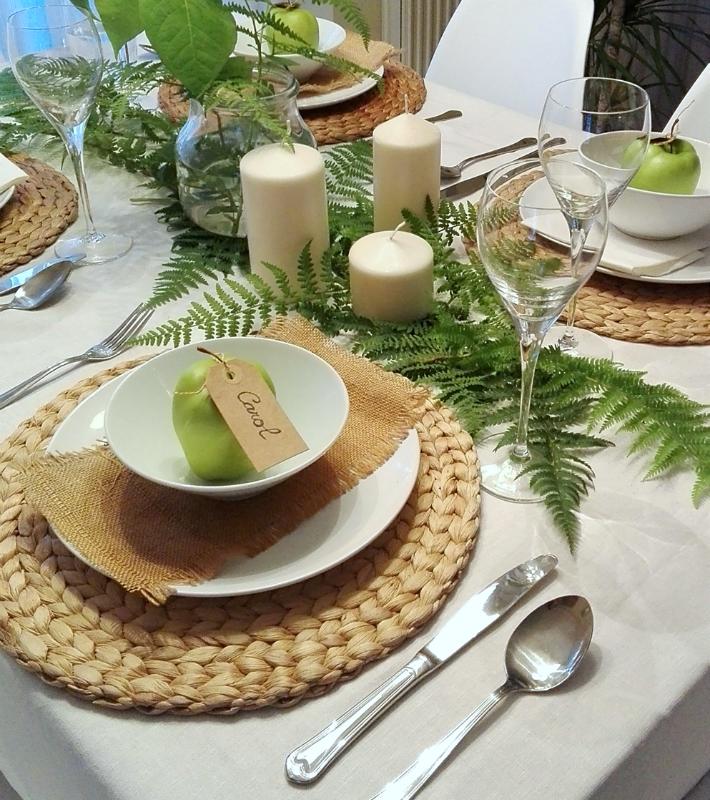 mesa decorada con helechos