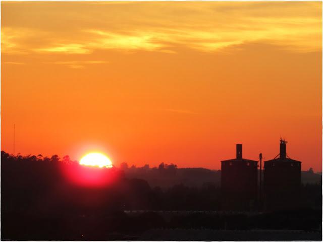 Bela vista do nascer do sol a partir do Cometa Plaza Hotel, que está localizado em frente à praça central de São Luiz Gonzaga, no Rio Grande do Sul. Está a cerca de 50km das Reduções Jesuíticas de São Miguel, nas missões gaúchas.