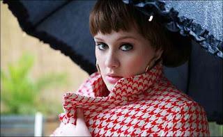 Адель под зонтиком