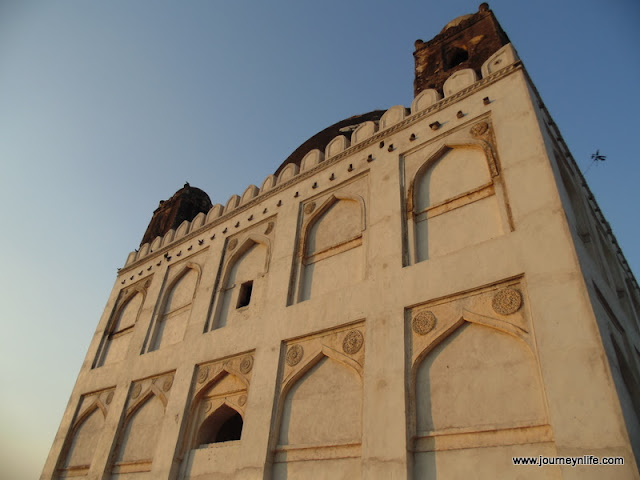 Chor Gumbad, Gulbarga - A Tomb with four miniature tombs on the rooftop