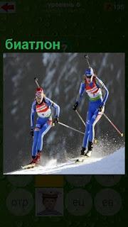 спуск на горе лыжников с винтовками, соревнование по биатлону