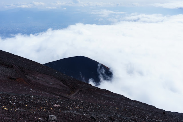 雲上に浮かぶ宝永山~富士宮口8合目