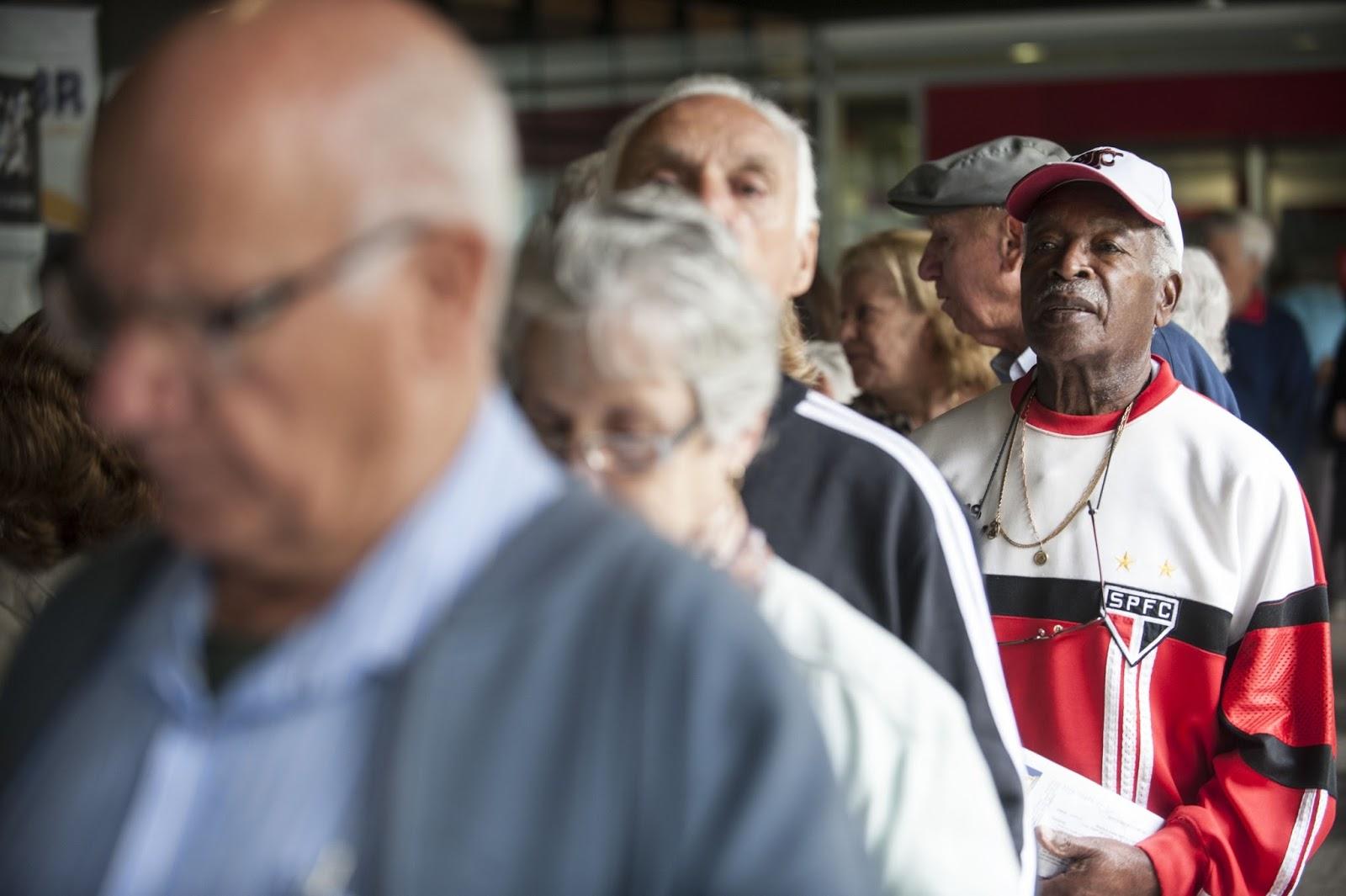 Aposentados fazem fila em frente ao INSS - Foto: Agência Brasil