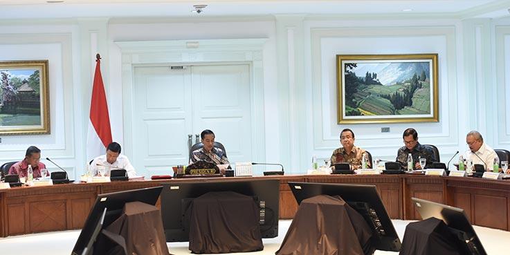 Gubernur Sumsel Alex Noerdin (paling kanan) mengikuti rapat terbatas yang dipimpin oleh Presiden Jokowi, di Kantor Presiden, Jakarta, Selasa (21/3) sore.