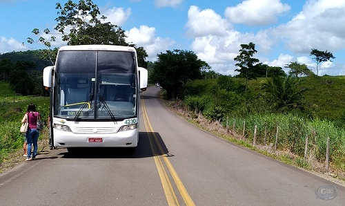 d411aa14-53dd-4ef2-be50-6b38bc4f7ac9 Ipiaú: Homem surta e pula de ônibus em movimento na BA-650