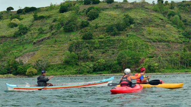 """Tim Paddler Sumatra saat melakukan survey jalur """"Internasional Toba Kayak Marathon 2017"""" di Kabupaten Toba Samosir Balige, Danau Toba, Sumut pekan lalu. International Toba Kayak Marathon 2017 yang rencananya akan diselenggarakan selama 3 hari pada tanggal 28-30 Juli 2017 dengan skala internasional ini akan menghadirkan sekitar 200 Kayaker domestic dan mancanegara."""