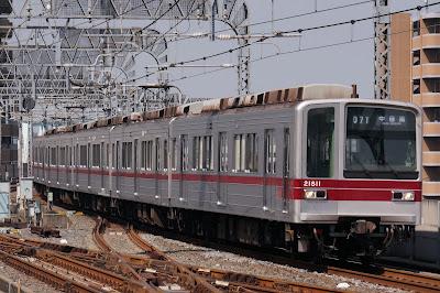 北千住駅に到着する東武20000系