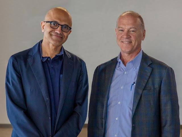 Сатья Наделла, исполнительный директор Microsoft и Джон Донован, исполнительный директор AT & T. AT & T заявила, что достигла соглашения о переводе значительной части своей инфраструктуры данных в облачный сервис Microsoft Azure.