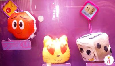 Витрина в МакДональдсе с мягкими игрушками Emoji из Happy Meal
