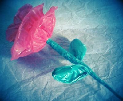 Kreasi bunga mawar dari kantung plastik