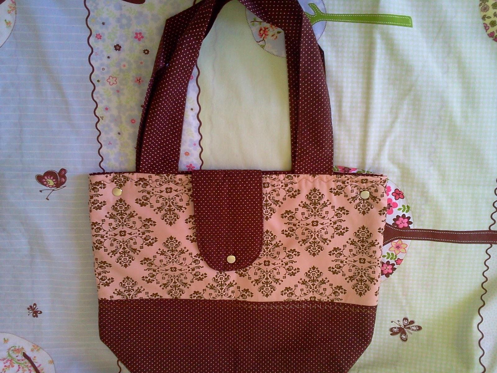 8ea0b5d45 Essa outra bolsa vai pra mãe de uma cliente que já comprou várias coisas.  Foi um desafio fazer essa bolsa, pois ela disse que queria poá amarelo com  marrom.