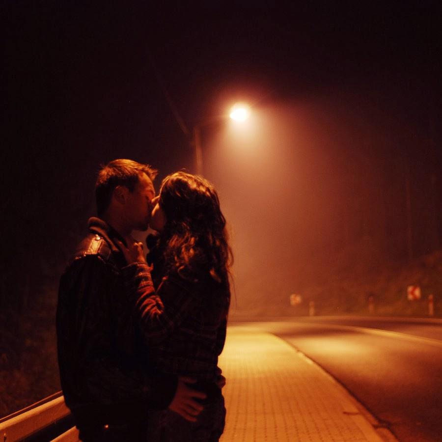 Девушка целуется с девушкой на улице